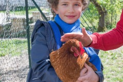 Mathilde avec une poule